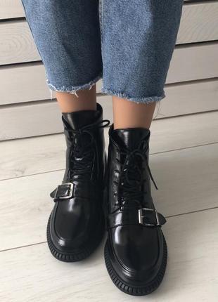 Женские демисезонные ботинки кожаные чёрные с пряжками