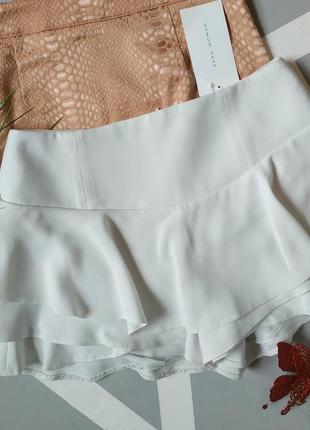 Стильные короткие шорты-юбка с воланом