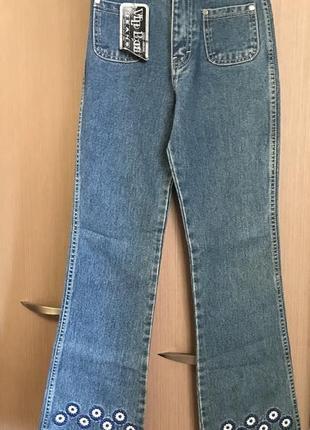 Новые джинсы из плотной джинсы с вышивкой