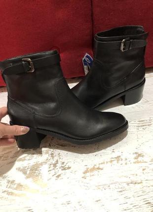 Новые натуральные фирменные ботинки 39р.