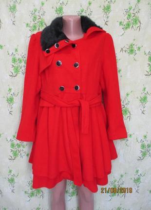 Яркое демисезонное пальто с асимметричным воротником