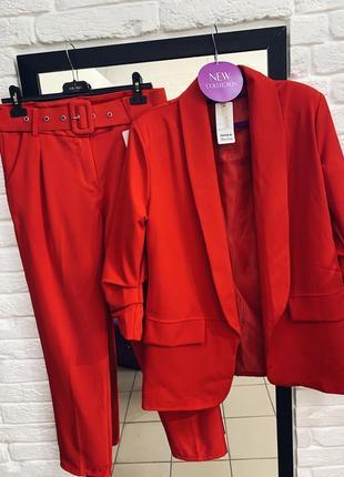 Стильный красный брючный костюм в наличии размера
