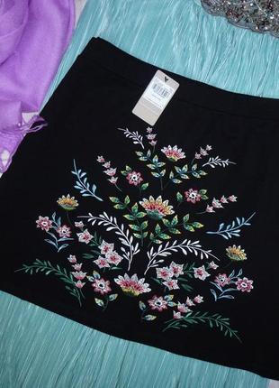 Трикотажная юбка с вышивкой