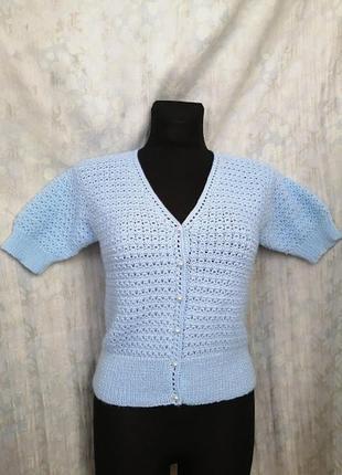 Продам вязаную кофту голубого цвета с жемчужными пуговицами!