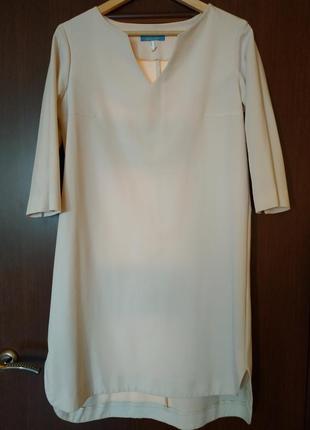 Оригинальное платье с удлиненной спинкой