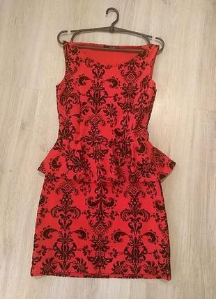 Красное платье с баской и черным бархатным рисунком