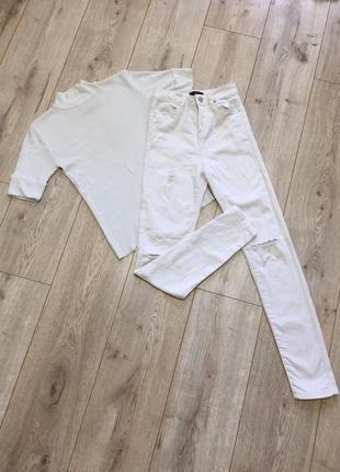 Фирменные белые джинсы с высокой посадкой и футболка- комплект