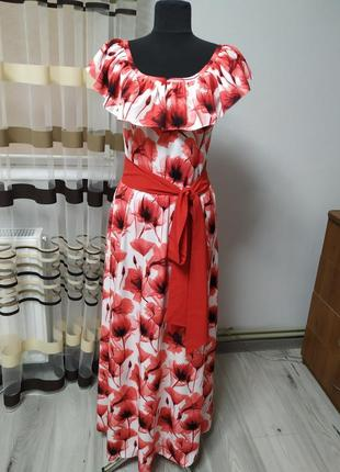 Платье длинное, очень красивое.