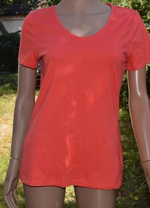 Красивая футболка яркого цвета