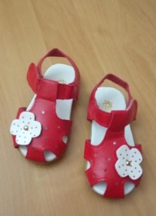 Красно-белые кожаные босоножки на малышку