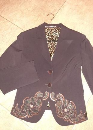 Пиджак сливового цвета с вышивкой.