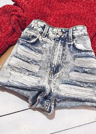 Актуальные трендовые светлые джинсовые шорты с рваностями от denim co