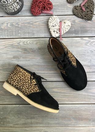 Clark's замшевые ботинки на шнуровке с леопардовой вставкой из меха