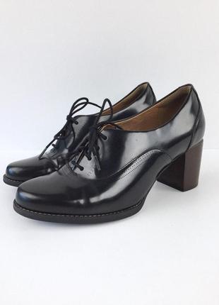 Стильные лаковые туфли на устойчивом каблуке от clarks