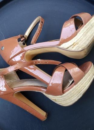Телесные босоножки на высоком каблуке