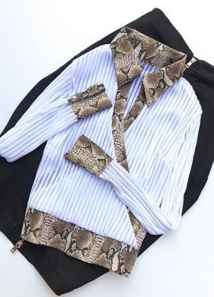 Крутая блуза,белого цвета в рубчик с анималистическим принтом!