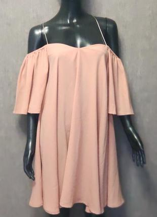 Очень красивое платье с открытыми плечами