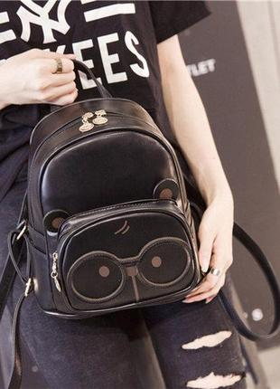 Черный рюкзак с очками