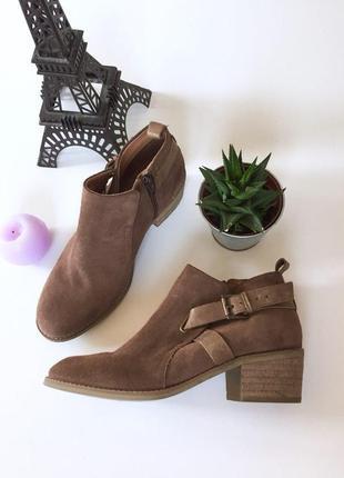 Стильные замшевые ботинки с ремешком на среднем каблуке