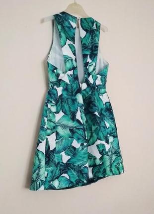 Отпадное платье в принт банановые листья