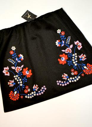 Черная юбка с аппликацией вышивки цветы