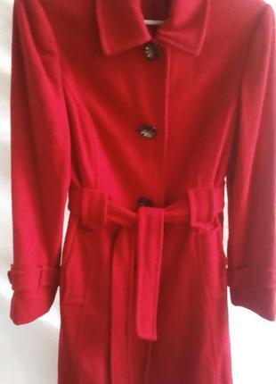 Пальто из фактурной ткани  для яркой девушки 44-46 размер