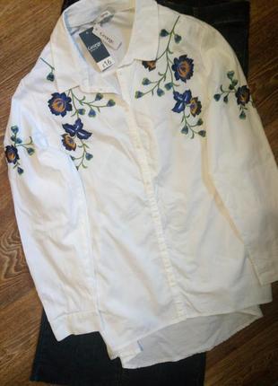 Стильная белая рубашка с вышивкой