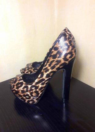 Леопардовые лаковые туфли босоножки