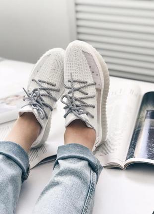 Женские кроссовки белого цвета с запасными шнурками5 фото