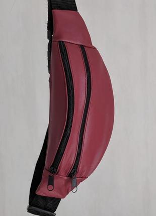 Стильная бананка натуральная кожа, модная сумка на пояс плече красная матовая кожа