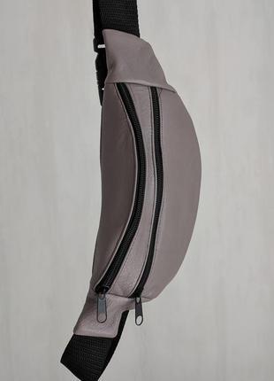 Стильная бананка натуральная кожа, модная сумка на пояс плече светло серая матовая кожа