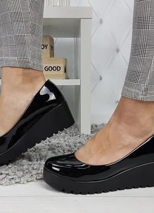 Новые женские черные лаковые туфли на танкетке