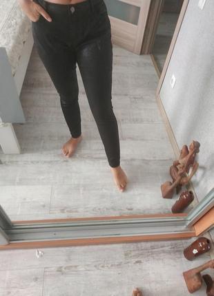 Новые кожаные брюки под кожу с напылением под змеиный принт