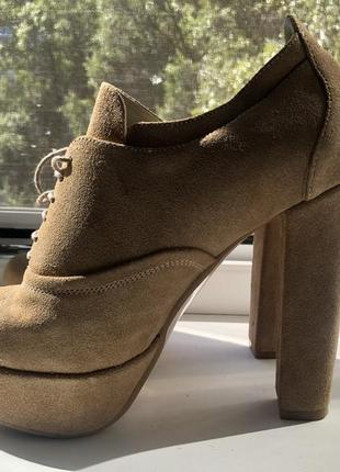 Замшевые ботинки на высоком каблуке