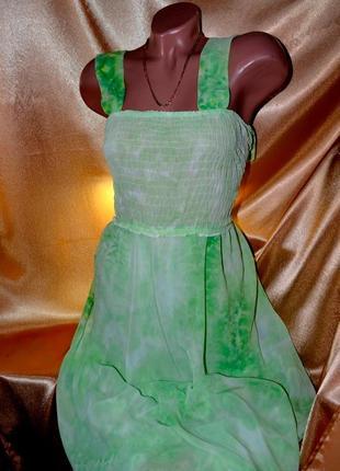 Сарафан нежно зеленого, салатового цвета.
