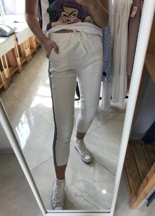Белые брюки, штаны спортивные слим с лампасами