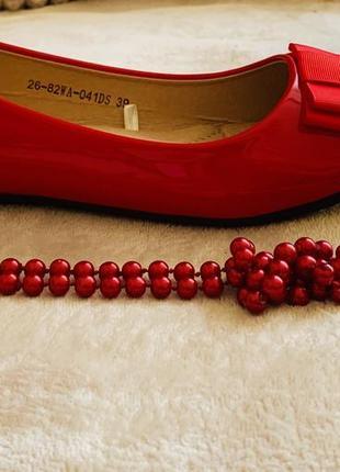 Эффектные красные лаковые балетки. стильное дополнение для завершения любого образа
