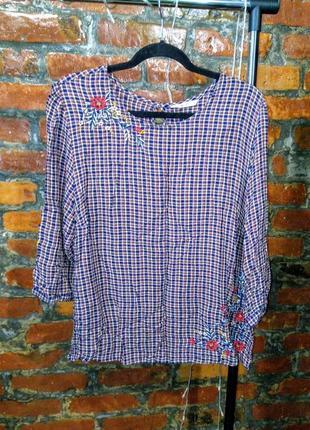 Женственная блуза кофточка прямого кроя декорирована вышивкой tu
