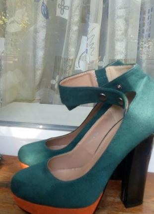 Эффектные замшевые  туфли, зелёного цвета с вставкой оранжевого