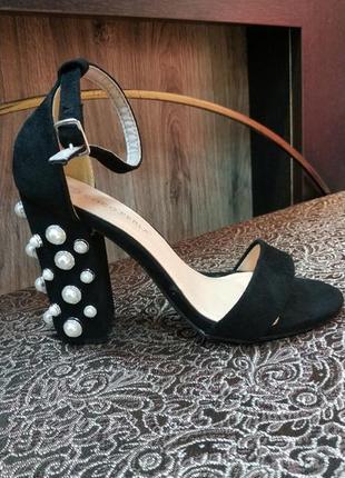 Босоножки на устойчевом каблуке черные замш жемчуг