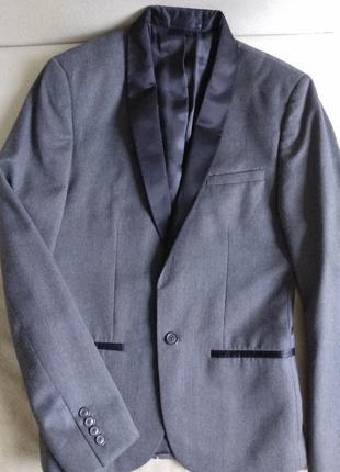 Элегантный серый пиджак s