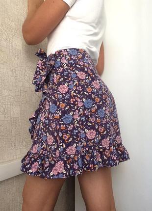 Мини-юбка на запах в цветочный принт