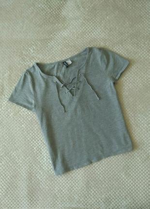 Серая футболка со шнуровкой от divided , h&m.