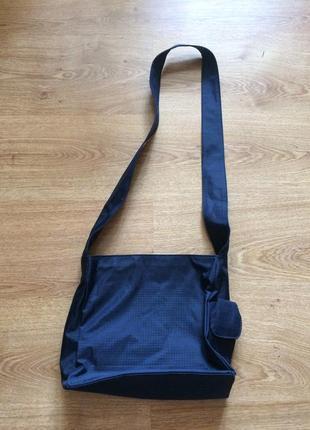 Стильная маленькая сумка из плотной ткани