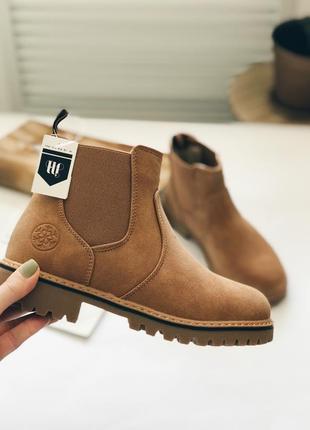 Женские осенние ботинки бежевого цвета на платформе
