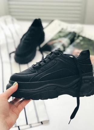 Чёрные кроссовки на платформе