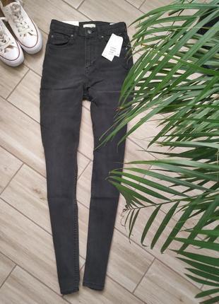 Темно серые джинсы скинни