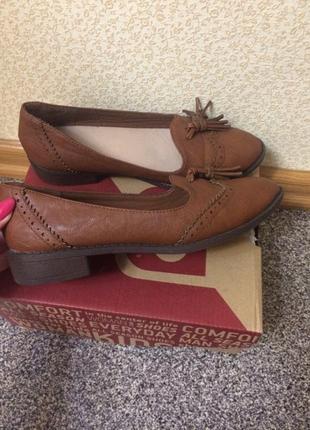 Туфли, лоуферы карамельного оттенка.