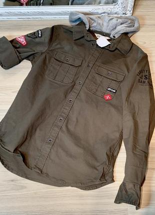 Очень стильная рубашка джинсовка хаки с нашивками