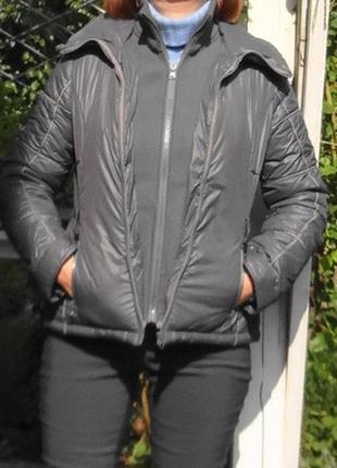 Уютная куртка с 2-мя молниями и высоким горлом.